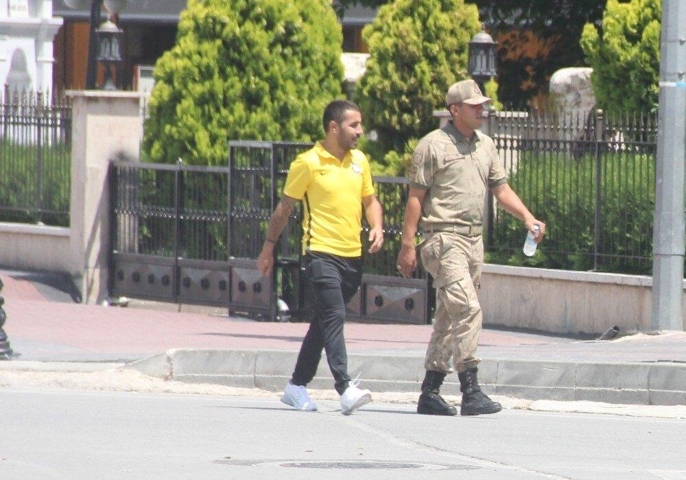 Gözaltına alına futbolcu geçen sezon Giresunspor'da kiralık olarak forma giymişti.