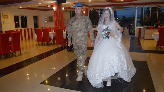Uzman Çavuş Mehmet İlhan Gür, düğününde damatlık yerine askeri üniformasını giydi.