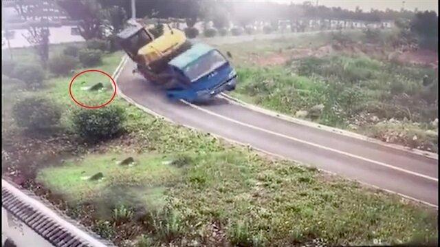 Kamyon şoförünün akılalmaz kazası kamerada!