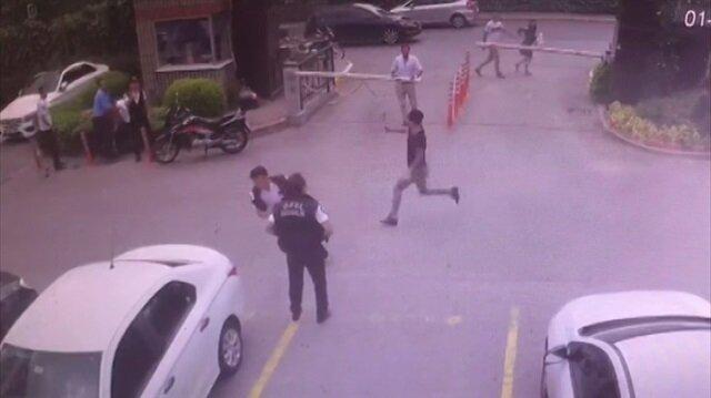 Küçükçekmece'de site güvenliğine satırlı saldırı kamerada!