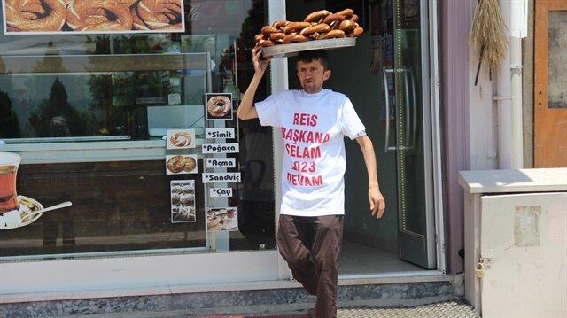 Simitçi Erkan Ayhan'ın 'Reis Başkana selam 2023'e devam' yazılı tişörtü dikkatl çekti.