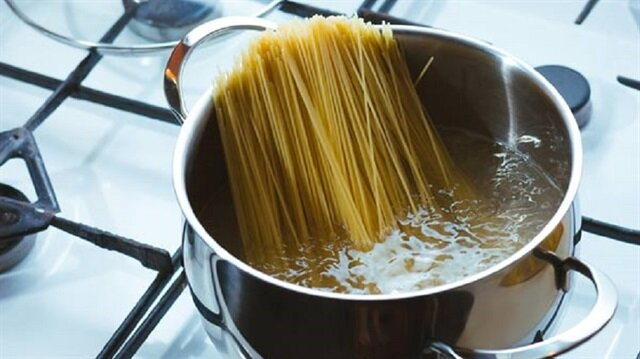 Makarnayı haşladıktan sonra soğuk suya atmak mutfakta yapılan hatalar arasında yer alıyor.