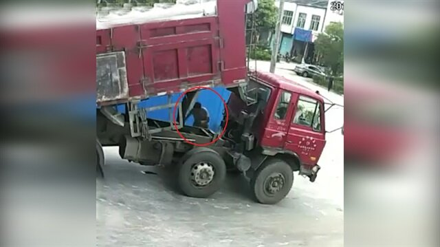 Kamyon şoförünün feci ölümü kamerada!