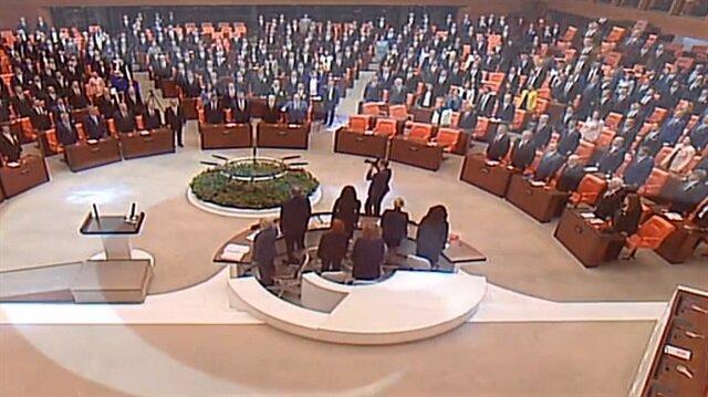 HDP'li vekiller İstiklal Marşı'na katılmadı