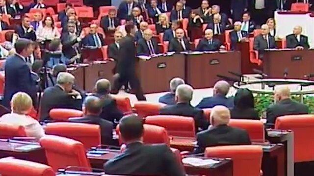 Barış Atay yemin ederken Meclis karıştı