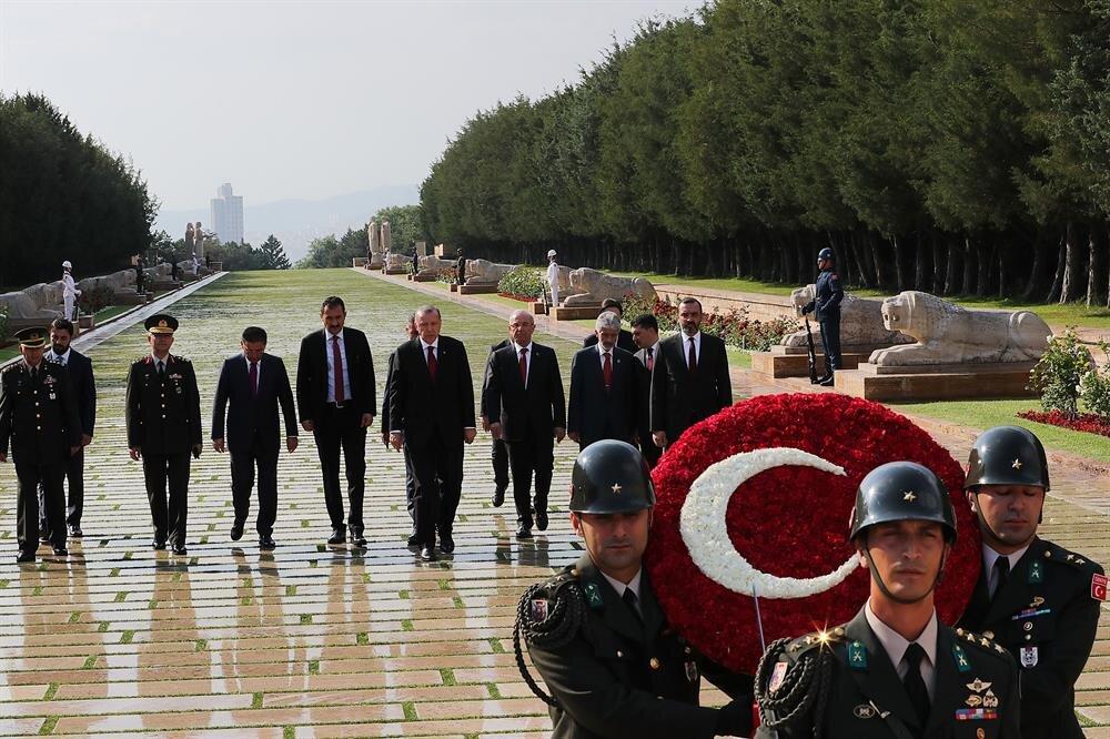 Aslanlı Yol'dan yürüyen Erdoğan, Atatürk'ün mozalesine çelenk bırakırken, saygı duruşunda bulundu ve İstiklal Marşı'nı okudu.
