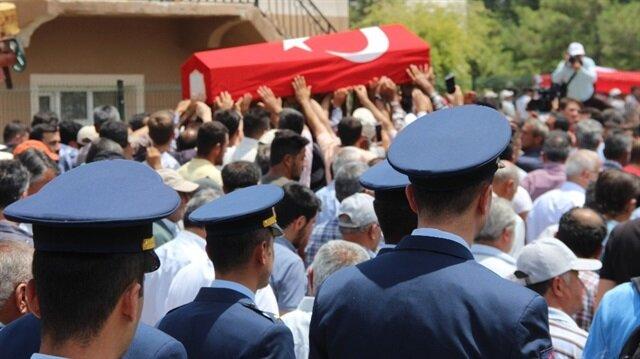 Şehit Jandarma Uzman Çavuş Ali Cevizci'nin cenazesi dualarla mahalle mezarlığına götürüldü.