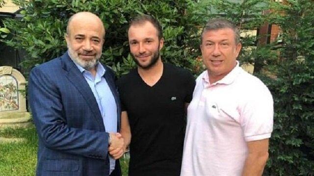 Adana Demirspor Başkanı Murat Sancak ve kulübün sportif direktörü Tanju Çolak, yeni transfer Murat Akın ile poz verdi.