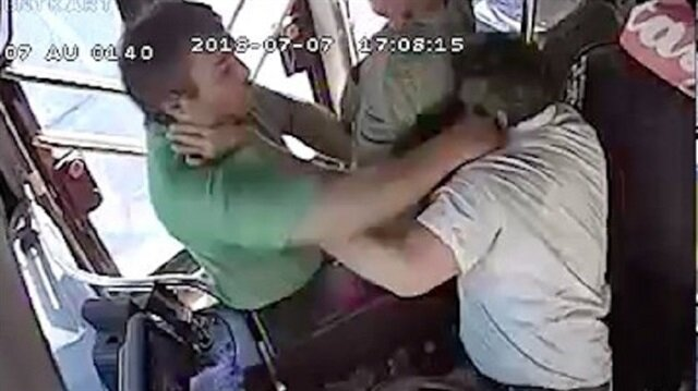 Seyir halindeki halk otobüsünün şoförüne yolcudan yumruklu saldırı