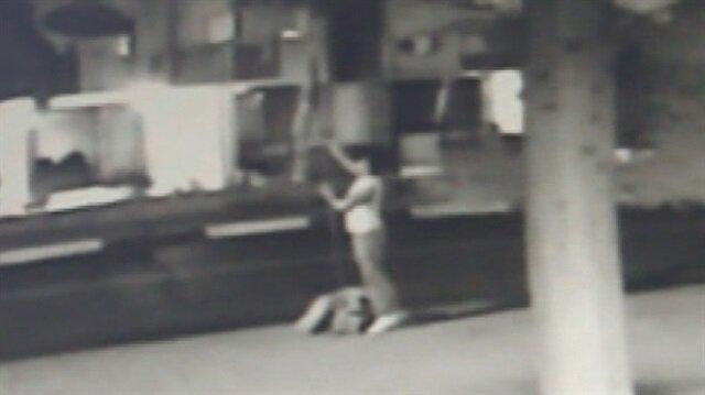Türk bayrağını direğiyle beraber çalan hırsız kamerada
