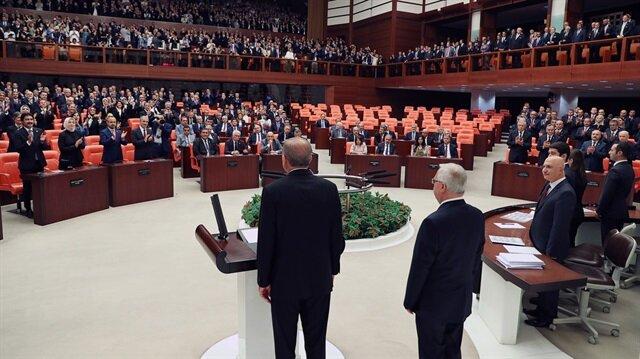 Cumhurbaşkanı Erdoğan'ın TBMM'de kürsüye geldiği anlarda CHP, İyi Parti, HDP ve Saadet Partili vekiller ayağa kalkmadı.