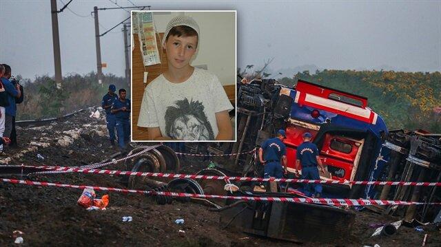 11 yaşındaki Emir'in tren kazasının ardından camları çekiçle kırdığı ve tahliyeleri kolaylaştırdığı ortaya çıktı.