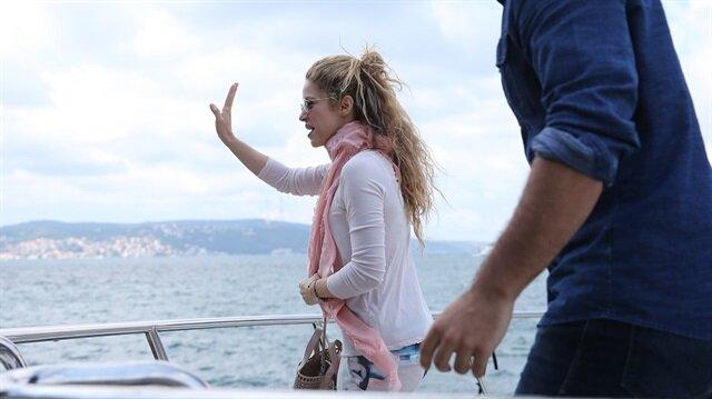 بالصور.. شاكيرا تتجول بقارب على مضيق البسفور بإسطنبول