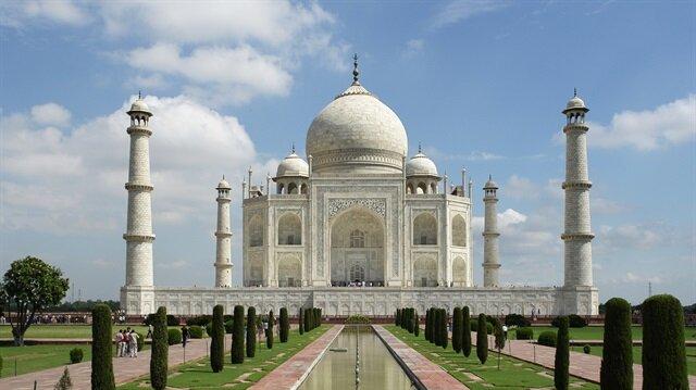 Dünyanın yedi harikasından biri olan Agra kentindeki anıt mezar Tac Mahal'de yer alan mescitte şehir dışından gelenlerin cuma namazı kılmaları yasaklandı.