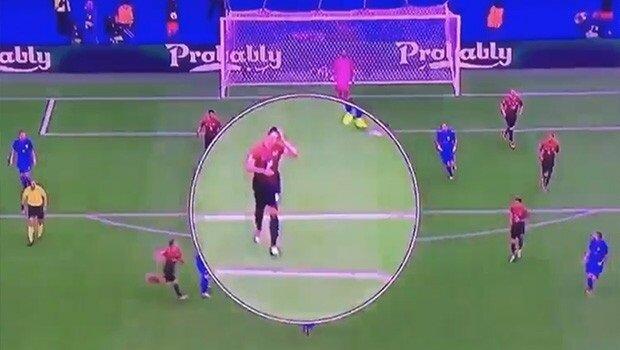 Ozan Tufan'ın Modric'in golünden önce saçlarını düzelttiği görüntü.