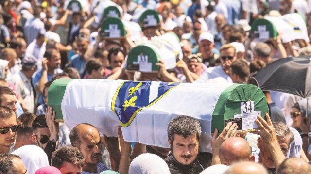 35 kurban, öğle namazının ardından Potoçari Anıt Mezarlığı'nda defnedildi.