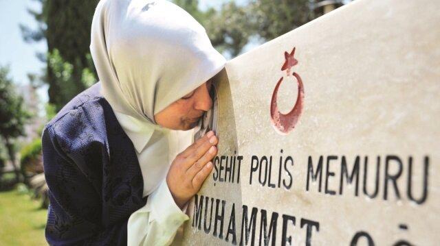 Zeki ve Meliha Meltem Kılınç çifti, oğullarının hatırasını evlerinin dört bir yanına astıkları fotoğraflar ve Türk bayraklarıyla yaşatıyor.