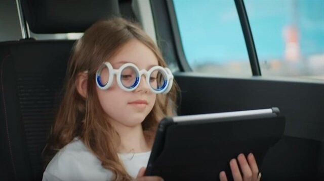 Citroen'in geliştirdiği gözlük sayesinde otomobil, otobüs veya trenle seyahat edenlerin yol tutması problemi ortadan kalkıyor.