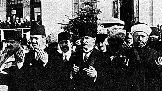TBMM'nin açıldığı tarih olan 23 Nisan 1920 Cuma günü Atatürk ve tüm mebuslar Hacı Bayram-ı Veli Camii'nde namaz kılmıştı.