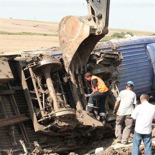 Tren kazasında devrilen vagonların kaldırılmasına başlandı