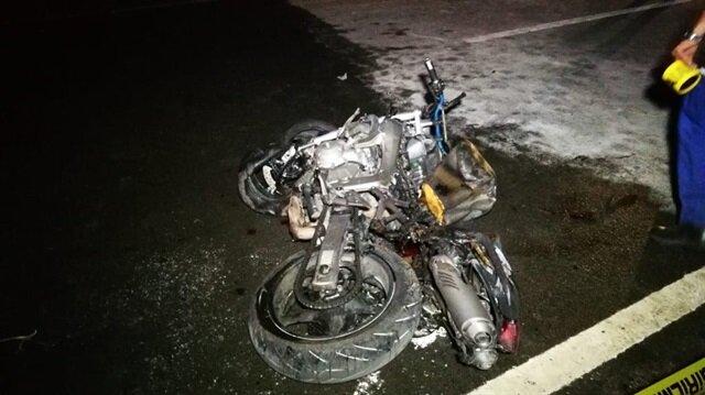 Plakasız iki motor kafa kafaya çarpıştı