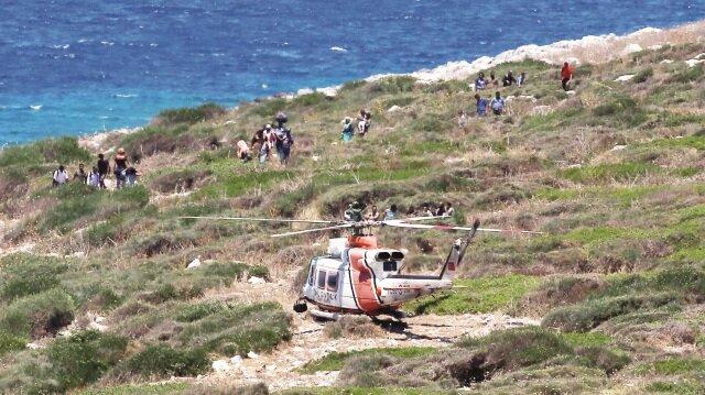 Boğaz Adası'na 7 kez inen 2 helikoptere alınan 34 göçmen güvenli bir şekilde karaya çıkarıldı.