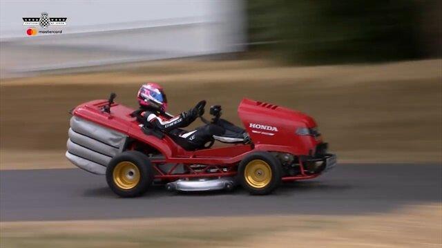Honda'nın ürettiği çim biçme makinesi, Goodwood Hız Festivali'inde görenleri şaşkına çevirdi.