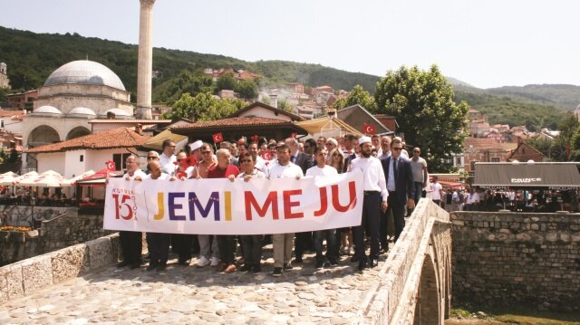 """Katılımcılar ellerinde """"Sizinleyiz"""" pankartlarıyla Türkiye'nin Prizren Başkonsolosluğuna yürüdü."""