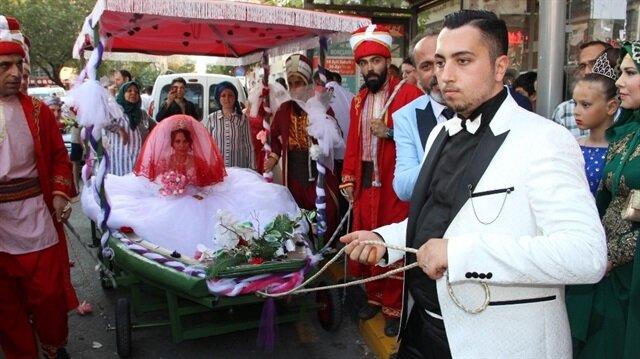 Manisa'da evlenen çift, gelin arabası olarak kayık tercih etti.