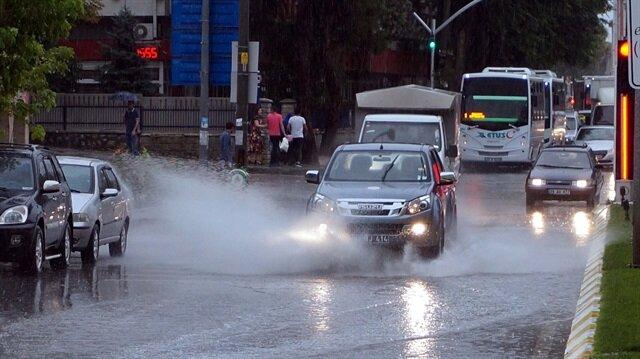 Kuvvetli yağış nedeniyle sürücüler zor anlar yaşadı.