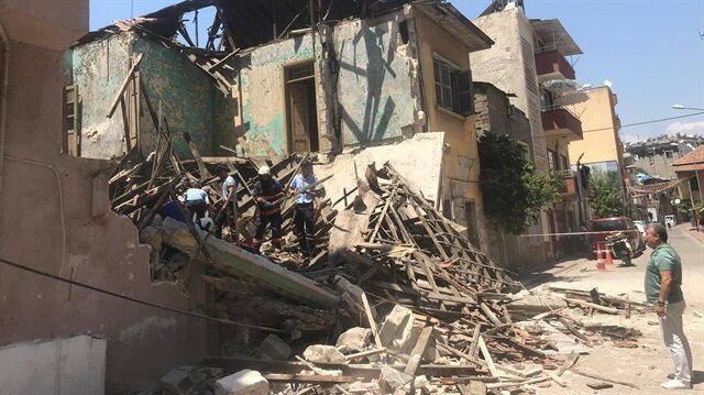 Mersin'de çöken metruk binaya ulaşan AFAD ekipleri incelemelerde bulundu.