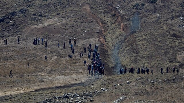 Syrian civilians approach Israeli frontier fence in Golan Heights
