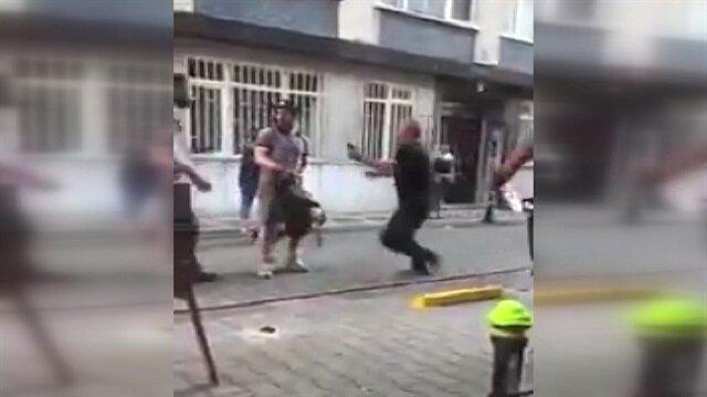 Küfürbaz tacizci kendisini engellemek isteyen genci dövdü!