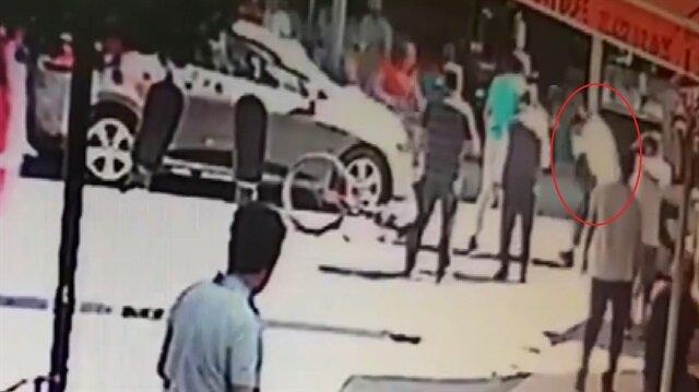 Bisikletli adam kaza yapınca genç kızı yumrukladı!