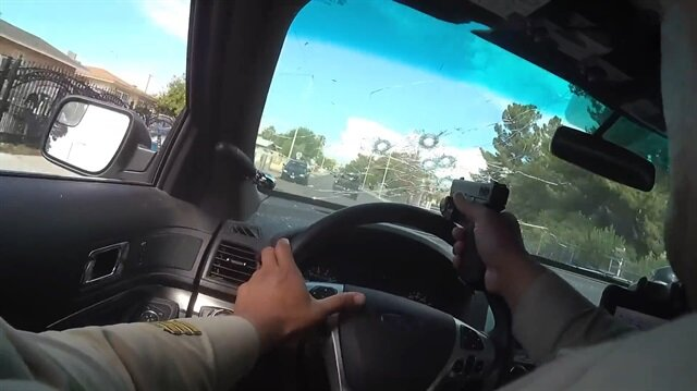 Film gibi kovalama anı: Polis araç içinden ateş etti