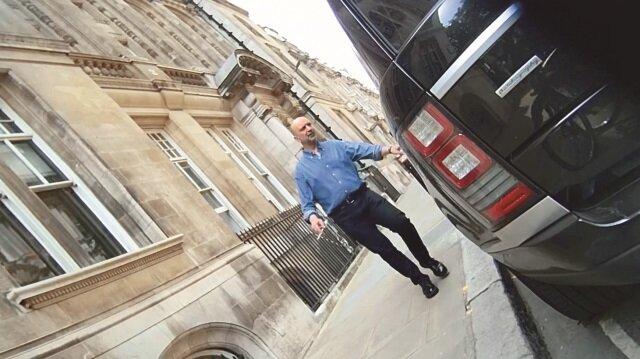 Akın İpek, Londra'da lüks içinde yaşamayı sürdürüyor. İpek, kentteki 3 ofisinde ve kendi soyadını plakasında taşıyan lüks aracı ve şoförüyle rahat bir yaşam sürüyor.