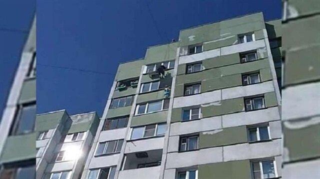 شاهد: عامل ينقذ طفلة تعلقت على حافة بلكون في بطرسبورغ