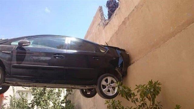 بالفيديو والصور.. سيارة تتعلق بين السماء والأرض في الأردن