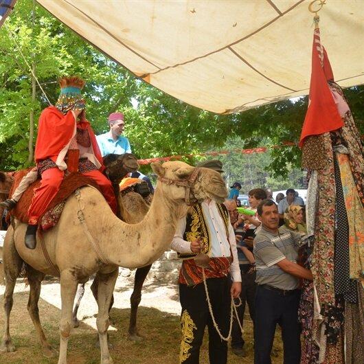 زفة العروس على ظهور الجمال بأنطاليا التركية..تقليد عمره 6 قرون