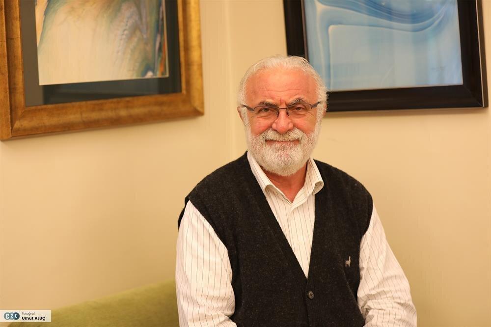 İlk ebru çalışmalarını öğrenciliğinin ilk yılında tanıştığı hat hocası Prof. Emin Barın'ın teşvikiyle gerçekleştirdi.