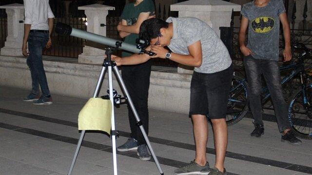 Vatandaşlar bir TL karşılığında teleskopla ay tutulmasını izledi