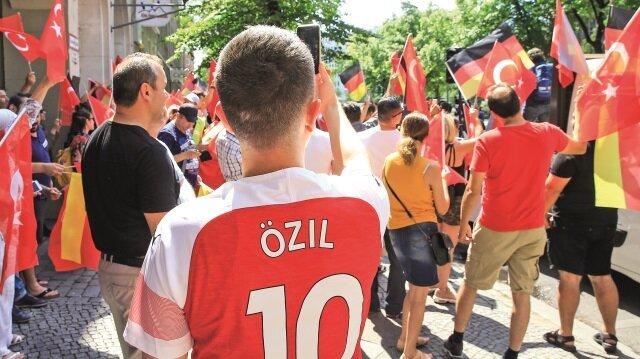 Türk bayraklarının taşındığı gösteride Cumhurbaşkanı Recep Tayyip Erdoğan ve Mesut Özil lehine sloganlar atıldı.