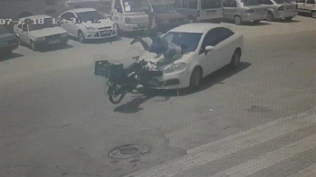 Motosikletle otomobil kafa kafaya çarpıştı