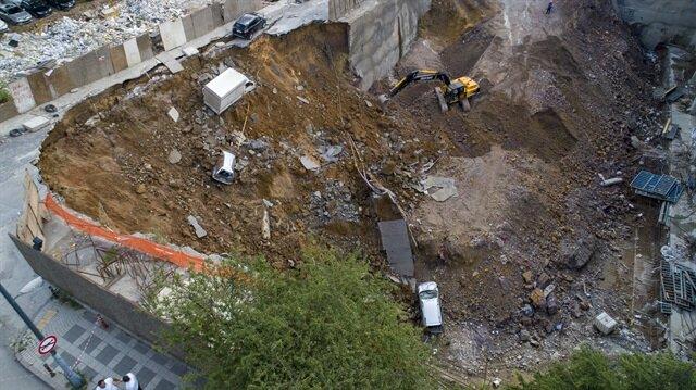 Ümraniye'de istinat duvarının çökmesinin ardından bazı araçlar inşaat çukuruna düştü.