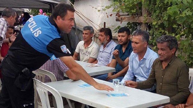 Polis ekipleri, 'Düğün Evi Yas Evi Olmasın', 'Silahla İtibar Kazanılmaz' başlıklı broşürleri dağıtıyor.