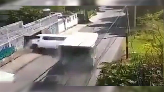Ticari aracı paramparça eden kamyon