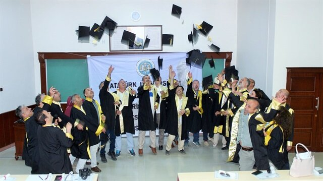 Atatürk Üniversitesi İktisadi ve İdari Bilimler Fakültesi İşletme Bölümü 1989 girişi mezunları, yıllar sonra cübbelerini giyerek ilk kez kep attılar.