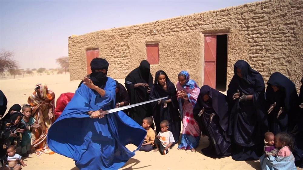 Geleneksel kılıç dansı yapan bir Tuareg erkeği.