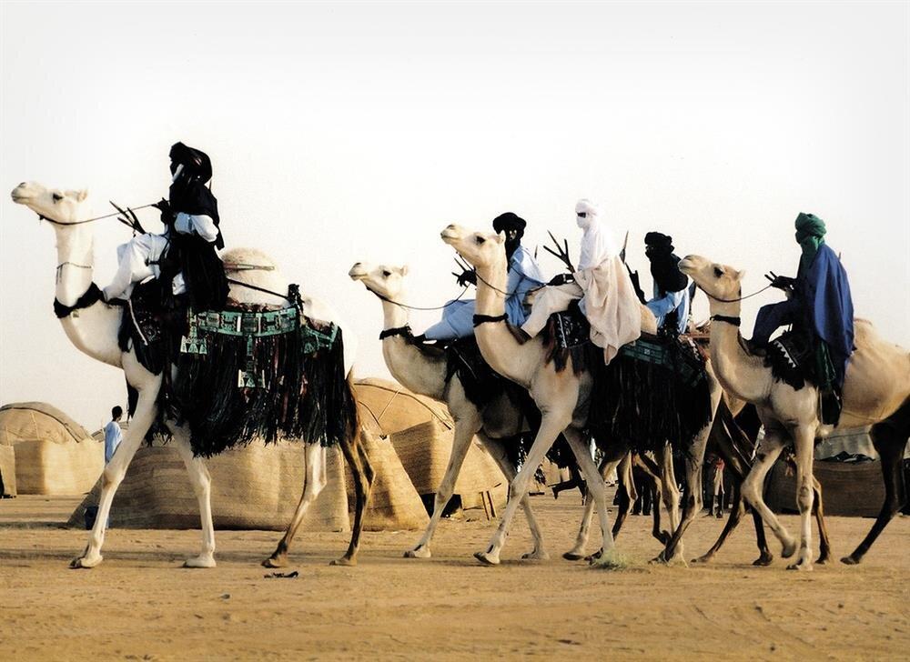 Mavi renk ve tonları, Tuareg'lerin ana tercihi. Erkekler, yüzlerini örtüyle kapatıyor.
