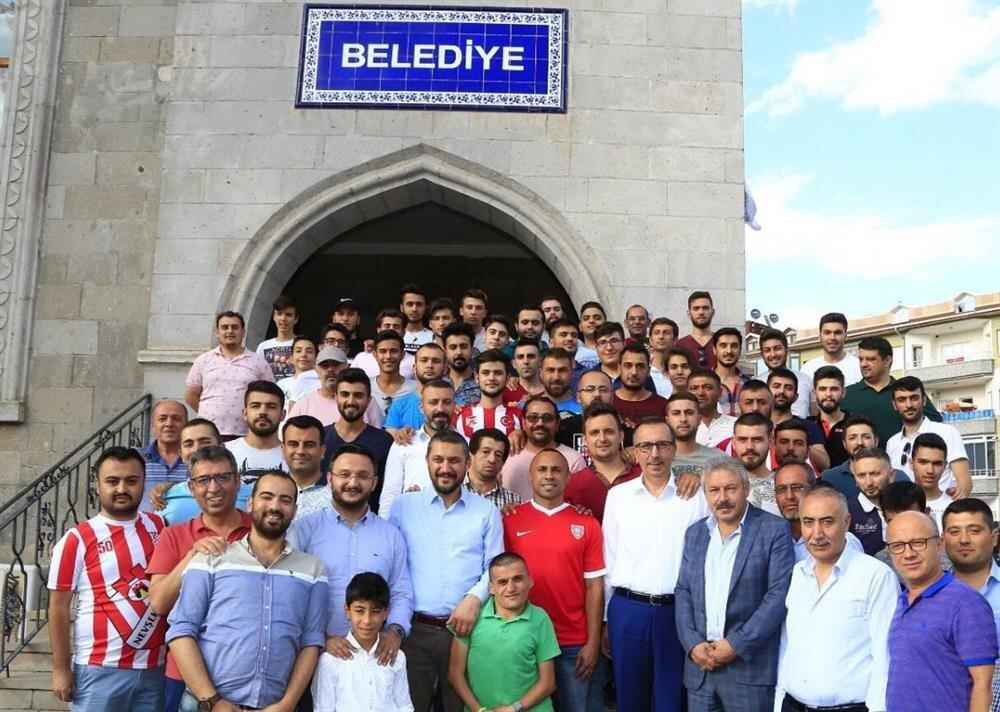 Tita, Nevşehir Belediyespor ile sözleşme imzaladı ve yönetim kurulu başta olmak üzere taraftarlarla hatıra fotoğrafı çektirdi.